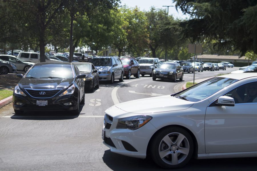 Cars+line+up+on+the+road+from+the+McKinley+entrance+as+students+attempt+to+find+parking+at+Fresno+City+College+on+Aug.+15%2C+2016.