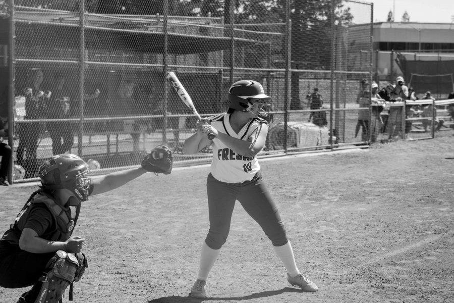 Amanda+Mets+waits+for+pitch+against+Cuesta+College+on+Saturday%2C+April+1%2C2017.+Photo%2FMarco+Rosas