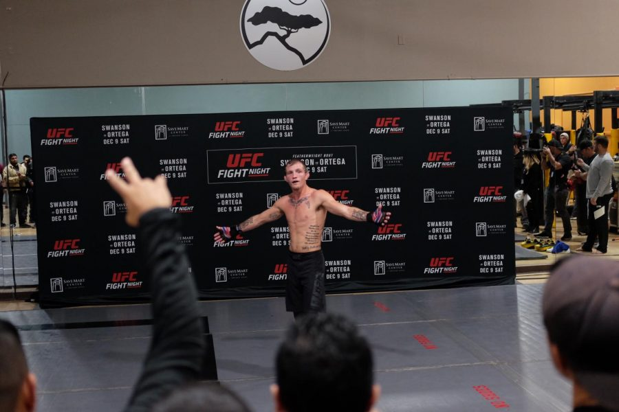 UFC+Featherweight+Jason+%22The+Kid%22+Knight+greets+the+crowd+during+the+UFC%27s+open+workout+for+UFC+Fresno+on+Thursday+Dec.+7+at+Fitness+Evolution+on+First+and+Herndon.