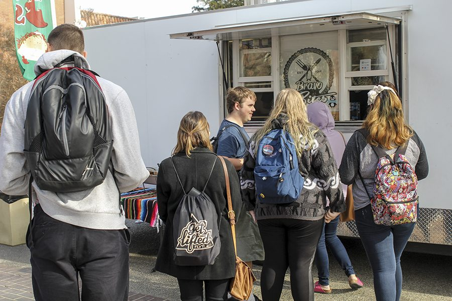 Students+wait+in+line+for+the+food+truck+on+Wednesday%2C+Jan.+24%2C+2018.+
