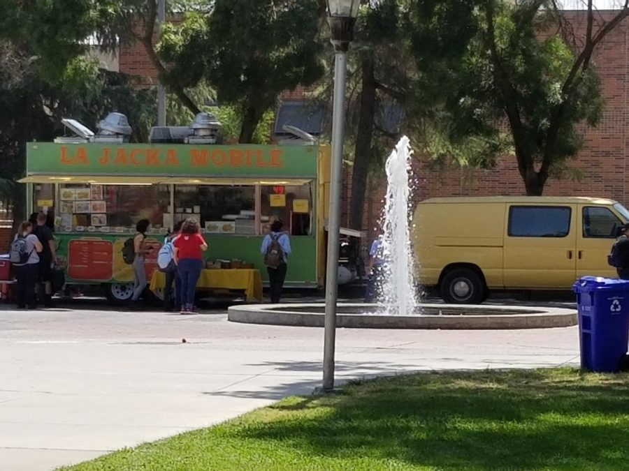 La+Jacka+Mobile+Taco+Truck+serves+students+at+the+small+fountain+near+the+library+on+Monday%2C+Aug.+20%2C+2018.